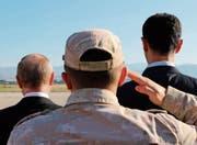 Wladimir Putin und Baschar al-Assad beobachten auf der syrischen Luftwaffenbasis Hmeimim. (Bild: Mikhail Klimentyev/Keystone (11. Dezember 2017))