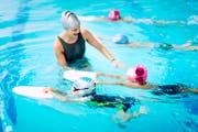 Kinder lernen das Schwimmen. Die Schweizerische Lebensrettungs-Gesellschaft (SLRG) plant, auch international Prävention gegen das Ertrinken zu betreiben (Symbolbild). (Bild: Getty)