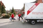 Mitarbeiter der Texaid beim Sammeln von Kleidern. (Bild: PD)