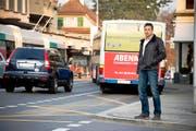 Gewerbeverbandspräsident Hanspeter Meier vor der Bushaltestelle Linde-Pilatus Richtung Luzern. Diese Busbucht wird laut Gemeinderat vorerst nicht aufgehoben. (Bild Dominik Wunderli)