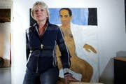 Galeristin Rosi Loosli in der Ausstellung. (Bild: Werner Schelbert / Neue ZZ)