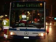 Sanitäter helfen den Verletzten im Linienbus. (Bild Zuger Polizei)