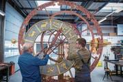 Bringen die Mechanik des astronomischen Zifferblatts wieder auf Vordermann: Alois Crtalic (links) und Jeremias Wicki. (Bild: Boris Bürgisser (Büron, 23. März 2018))