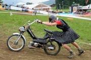 Wer sein Töffli liebt der schiebt - Ein Teilnehmer ist auf dem Kurs der Teffly - Rally 2013 in Ennetmoos unterwegs. (Bild: Keystone)