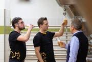 Die Eichhof Brauer Dominic Kammer, Philip Hüsler und Biermeister Martin Respondek (von links) probieren das neue Eichhof Trüeb. (Bild: PD / Fabian Biasio)