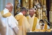 Die gestrige Einsetzungsfeier in der Hofkirche für Pfarrer Ruedi Beck (rechts). (Bild Nadia Schärli)