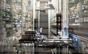Ein Roboter in der neuen Apotheke des Luzerner Kantonsspitals sortiert und verteilt Medikamente. (Bild: Nadia Schärli (Luzern, 15. März 2017))