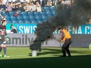 Während des Meisterschaftsspiels im Februar 2016 zwischen dem FC Luzern und dem FC St. Gallen warf der angeklagte Ostschweizer insgesamt vier Pyro-Gegenstände auf das Spielfeld. (Archivbild) (Bild: KEYSTONE/URS FLUEELER)