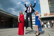 Julia Bühler, Nicholas Wagner und Marisa Sigrist von der Kantonsschule Seetal (v.l.) feiern ihre bestandene Matura. (Bild: Eveline Beerkircher / Neue LZ)