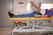 Eine Firma kauft eine Arztpraxis auf und will die bisherige Ärztin zu neuen Bedingungen anstellen (Symbolbild). (Bild: Keystone)