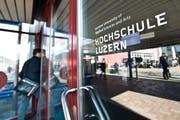 Ein Student betritt die Hochschule Luzern. (Bild: Archiv Neue LZ)