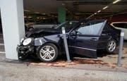 Das Unfallauto hat nur noch Schrottwert. (Bild: Zuger Polizei (Steinhausen, 30. November 2017))