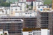 Die Bauverfahren im Kanton dauerten viel zu lange, monieren Kritiker. Im Bild vom August 2013 eine Baustelle in der Stadt Zug. (Bild: Stefan Kaiser / Neue ZZ)