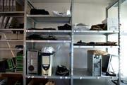 Im Lagerraum der IT-Forensik stehen die beschlagnahmten Geräte, die es zu durchforsten gilt. (Bild: Nadia Schärli / Neue LZ)