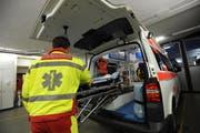 Die beiden verletzten Personen wurden mit der Ambulanz ins Spital eingeliefert. (Archivbild Urs Hanhart)
