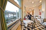 Abdelhamid Ghanem deckt im Luzerner Fünfsternehotel Palace im Frühstücksraum die Tische. (Bild: Dominik Wunderli / Neue LZ)
