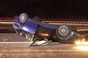 Das Unfallauto blieb auf dem Dach liegen. (Bild: Zuger Polizei)