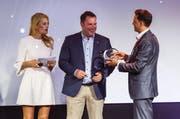 Christa Rigozzi überreicht den Xaver-Award an Fredy Wagner, Geschäftsleiter Tavolago AG (Mitte), und Sebastian Sattler, Verkaufsleiter Events B+T Bild+Ton AG (rechts). (Bild: HotelFotograf.ch)