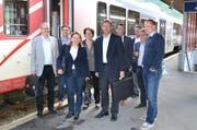 Die Urner Regierung reiste als ganzes mit dem Zug nach Andermatt. Auf dem Bild bei der Ankunft im Bahnhof Andermatt. (Bild PD)