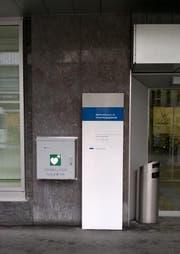 Kasten mit einem Defibrillator an der Bahnhofstrasse 26 in Zug. (Bild PD)