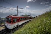 Eine Zahnradbahn der Rigi-Bahnen transportiert Gäste auf die Rigi, im verganenen Jahr über 780'000 Gäste. (Bild: Pius Amrein (Rigi, 27. Juli 2016))