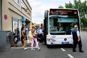 Am Bahnhof in Hergiswil wartet ein Bahnersatz-Bus der Zentralbahn auf Zusteiger. (Bild Corinne Glanzmann)