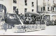 Der Fritschizug, der grosse Fasnachtsumzug der Zunft zu Safran Luzern, stand bis in die 1920er- und 1930er-Jahre stets unter einem einzigen, einheitlichen Motto. Hier ein Bild vom Fritschizug 1920. Er stand unter dem Motto «Die hungernden Völker». Der Wagen ist eine venezianische Gondel am Kapellplatz. (Bild: Stadtarchiv Luzern)
