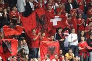 Schweizer und Albaner Fans vereint beim WM-Qualifikationsspiel am 11. September 2012 in der Swissporarena in Luzern. (Bild: Keystone/Urs Flüeler)