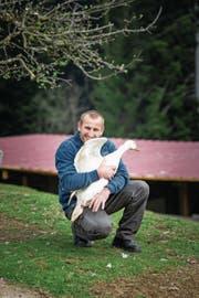 Idylle im Hundsmoos: Ruedi Hurni (39) mit einer seiner Gänse. (Bild: Roger Grütter (Marbach, 6. April 2017))