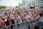 Das Luzerner Fest zieht jährlich massenhaft Besucher an – wie hier vor der Bühne beim Schwanenplatz. (Bild: Dominik Wunderli (Luzern, 24. Juni 2017))