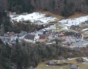 Blick aus dem Helikopter auf das abgeschnittene Dorf Bristen mit der Kirche. (Bild: Urs Hanhart (Bristen, 9. März 2017))