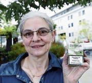 Karin Fischer zeigt ihre legalen Hanfzigaretten, die sie letzte Woche im Coop gekauft hat. (Bild: Werner Schelbert (14. September 2017))