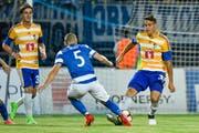 Filip Ugrinic stoppt den Gegner elegant. (Bild: Martin Meienberger)