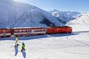 """A train of the """"Glacier Express"""", which connects St. Moritz in the canton of Grisons with Zermatt in the canton of Valais, passes through the skiing area at """"Naetschen/Guetsch"""" close to the """"Operalppass"""" mountain pass above the village of Andermatt in the canton of Uri, Switzerland, pictured on January 5, 2011. (KEYSTONE/Martin Ruetschi) Ein Zug des """"Glacier Express"""", der St. Moritz im Kanton Graubuenden mit Zermatt im Kanton Wallis verbindet, durchfaehrt beim Oberalppass das Skigebiet am """"Naetschen/Guetsch"""", aufgenommen am 5. Januar 2011 bei Andermatt im Kanton Uri. (KEYSTONE/Martin Ruetschi) (Bild: MARTIN RUETSCHI (KEYSTONE))"""