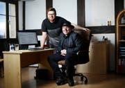 Carlo Meier (vorn) und sein Sohn Sidi arbeiten zusammen. (Bild: Stefan Kaiser (Zug, 23. Januar 2018))