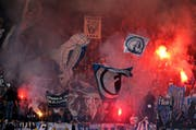 Pyros brennen im Super League-Spiel zwischen dem FC Luzern und dem FC St. Gallen am 21. Februar 2016 in der Swissporarena. (Bild: Philip Schmidli / Neue LZ)