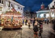 Das Karussell auf dem Franziskanerplatz lässt Kinder und Erwachsene staunen. (Bild: Nadia Schärli (Luzern, 1. Dezember 2017))