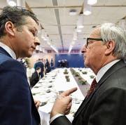 EU-Kommissionspräsident Juncker bespricht beim Gipfeltreffen die Lage. (Bild: AP (Brüssel, 15. Dezember 2017))