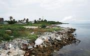 Die trostlosen Seiten des Ferienparadieses: angeschwemmter Abfall an der maledivischen Küste. (Bild: Aishath Adam/Getty (Maafushi, 1. November 2016))