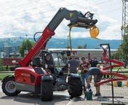 Mit (vermeintlicher) Grobmotorik gezielt Wasser in einen Trichter giessen – in Steinhausen zeigen Könner ihre Fertigkeiten am Steuer der gewichtigen Landmaschinen. (Bild: Maria Schmid (20. August 2017))