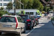 Wegen dem Zug kommt es beim Bahnhof Littau zu Kolonnen. (Bild Roger Grütter)