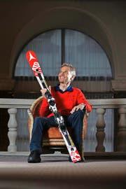 Heute bringt er jungen Skitalenten bei, wie man Rennen gewinnt, früher raste er selber die Pisten runter: Ski waren und sind für Franz Heinzer treue Begleiter in seinem Leben. (Bild Roger Grütter)