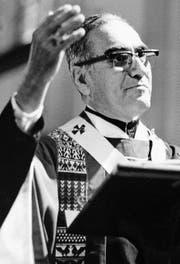 Erzbischof Óscar Arnulfo Romero (1917–1980) bei einer Predigt in San Salvador am 17. Oktober 1979.