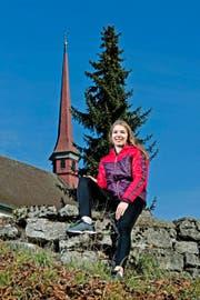 Géraldine Ruckstuhl vor der Kapelle in Altbüron: Die Vielreisende kehrt immer wieder gerne in ihr Heimatdorf zurück. (Bild Pius Amrein)