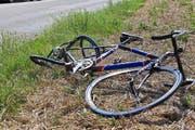 Risiko Fahrradfahren. In Zell stürzte eine Velofahrerin direkt vor ein fahrendes Auto. (Bild: Archiv / Keystone)