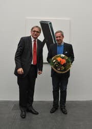 Marcel Glanzmann erhält den Preis der Jury, übergeben von Franz Enderli, Vorsteher des Bildungs- und Kulturdepartements Kanton Obwalden. (Bild: pd)