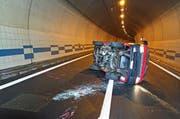 Ein Lieferwagen kollidiert mit der Tunnelwand in Eich. (Bild: Luzerner Polizei)