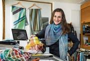 Caroline Flueler im Atelier in Oberwil-Zug. Sie trägt natürlich selbst eines ihrer Foulards. (Bild: Philipp Schmidli)