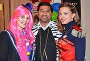 Zirkuswelt im Schweizerhof: Viviane Hägler (links), Shahid Saleem und Noëlle Tschan. (Bild: su)