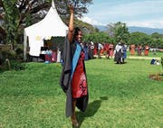 Siael Mkonyi feiert ihren Bachelor-Abschluss. (Bild: PD (Moshi, Tansania, 18. November 2017))